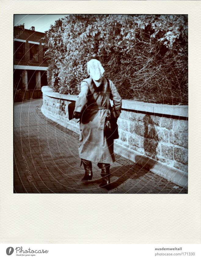 Same Procedure Every Day Schwarzweißfoto Außenaufnahme Polaroid Morgen Tag Schatten Kontrast Ganzkörperaufnahme Rückansicht Blick nach vorn
