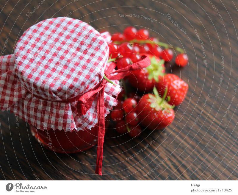 Hausgemachtes Lebensmittel Frucht Marmelade Erdbeeren Johannisbeeren Ernährung Bioprodukte Vegetarische Ernährung Glas Dekoration & Verzierung Schleife Stoff