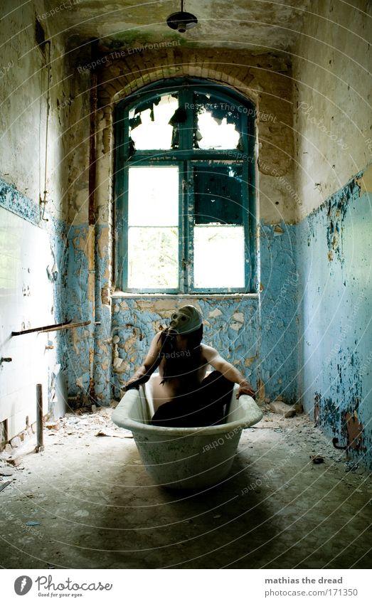 WELLNESSTAG Mensch alt Fenster Wand Mauer Gebäude Schwimmen & Baden maskulin kaputt Reinigen Wellness Badewanne Fabrik Maske verfallen