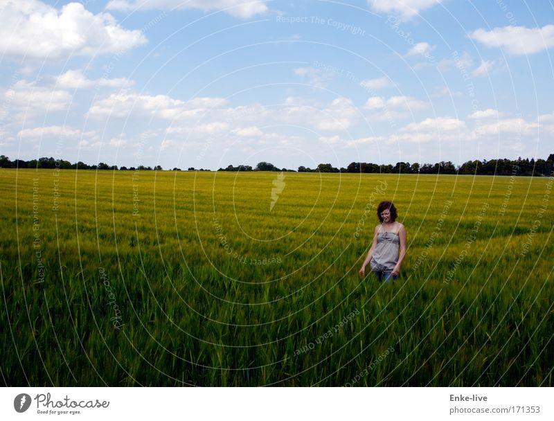 aussichtslos Natur Jugendliche blau grün Sommer gelb Landschaft Gefühle Traurigkeit Feld warten außergewöhnlich verrückt authentisch stehen Romantik