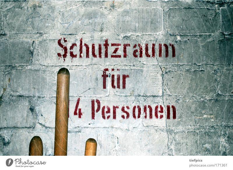 schutzraum für 4 personen weiß Einsamkeit Wand Mauer Angst warten Schriftzeichen bedrohlich Schutz Sauberkeit Vergänglichkeit Vergangenheit Krieg skurril