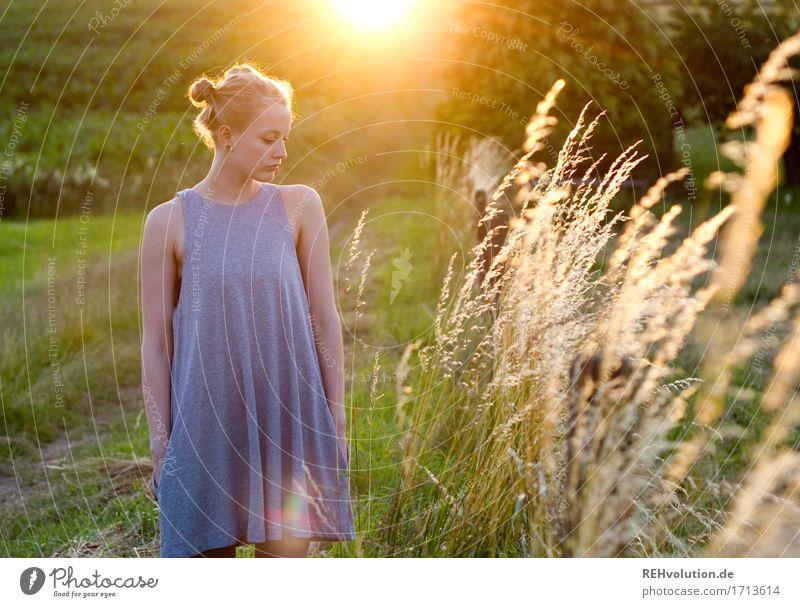 Alexa | im Abendlicht Sommer feminin Junge Frau Jugendliche 1 Mensch 18-30 Jahre Erwachsene Umwelt Natur Landschaft Wiese Feld Kleid Haare & Frisuren blond