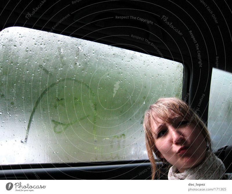 ey! Farbfoto Innenaufnahme Textfreiraum oben Freude Mensch feminin Junge Frau Jugendliche 1 18-30 Jahre Erwachsene Autofahren frech Fröhlichkeit einzigartig