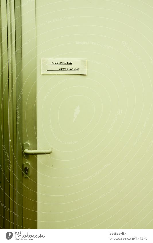 Tür Eingang Ausgang Griff Schloss Schlüsselloch aufschließen Zugang Zettel Aushang Information Kommunizieren Schriftzeichen Schriftstück Typographie