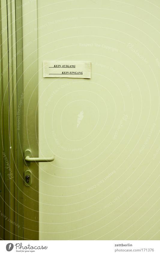 Tür Schriftzeichen Kommunizieren Information Schriftstück Typographie Eingang Schloss Zettel Griff schließen Ausgang Zugang Aushang Schlüsselloch Beschläge