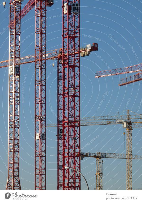 Bauwahn Himmel blau rot Bewegung Metall Arbeit & Erwerbstätigkeit Kraft Beginn ästhetisch authentisch außergewöhnlich Baustelle Häusliches Leben Reichtum Mut