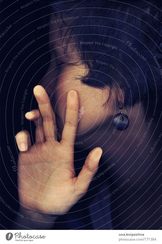 no sunlight. Mensch Jugendliche Hand Gesicht Erwachsene dunkel feminin Gefühle Haare & Frisuren Kopf träumen Haut Junge Frau Finger 18-30 Jahre schlafen