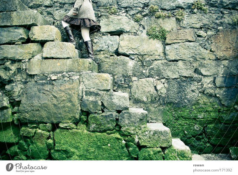 hoch hinaus dunkel Wand oben Stein Mauer Treppe Rock steigen Moos aufsteigen Ausdauer eckig bewachsen Steinmauer