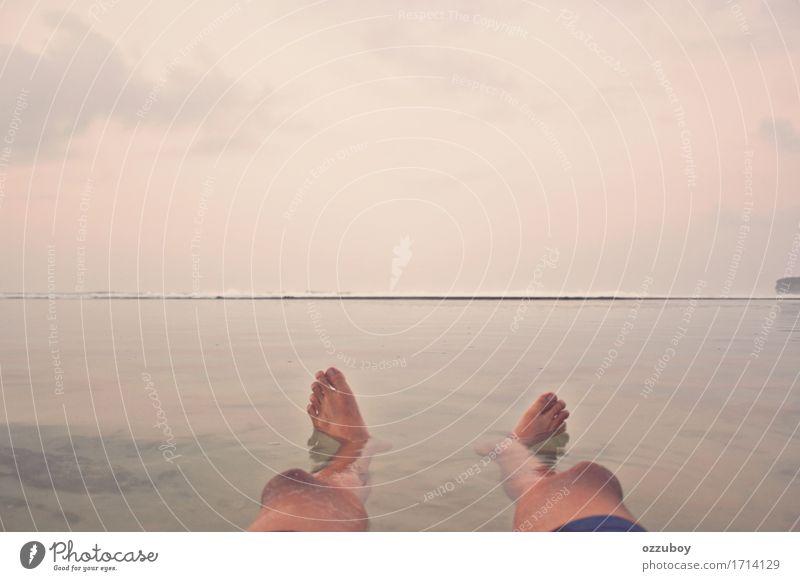 genossen den Moment Freude Abenteuer Freiheit Sommer Sommerurlaub Sonnenbad Strand Wellen Mensch Junger Mann Jugendliche Erwachsene Leben Beine Fuß 1