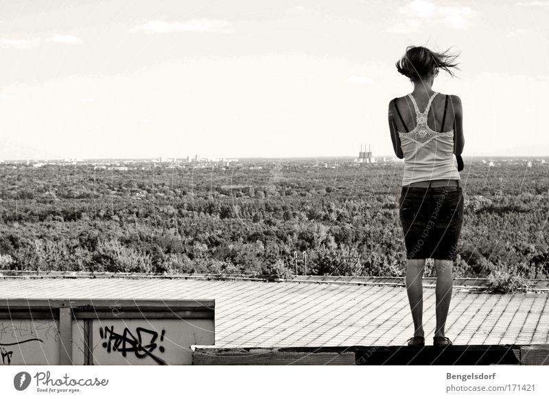 Fenster Mensch Wald feminin träumen Denken Wind Brücke fallen beobachten Schwarzweißfoto