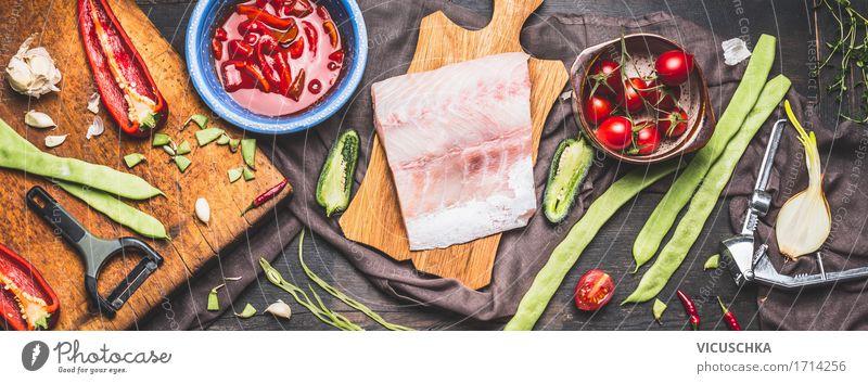 Fischfilets auf rustikalem Schneidebrett mit Gemüse der Saison Lebensmittel Kräuter & Gewürze Öl Ernährung Mittagessen Abendessen Büffet Brunch Bioprodukte