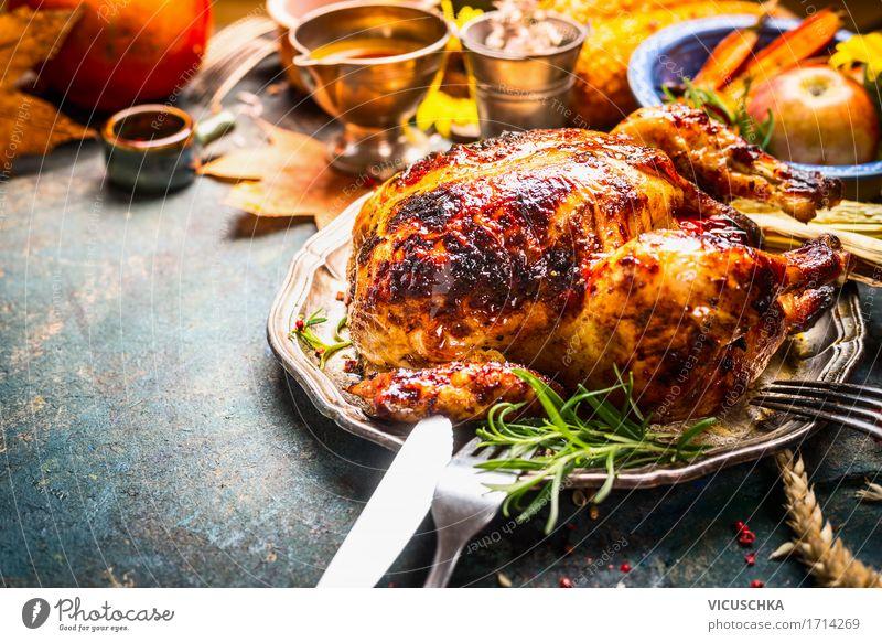 Ganzes Backhähnchen auf dem Esstisch Lebensmittel Fleisch Ernährung Mittagessen Abendessen Festessen Slowfood Geschirr Besteck Stil Design Häusliches Leben