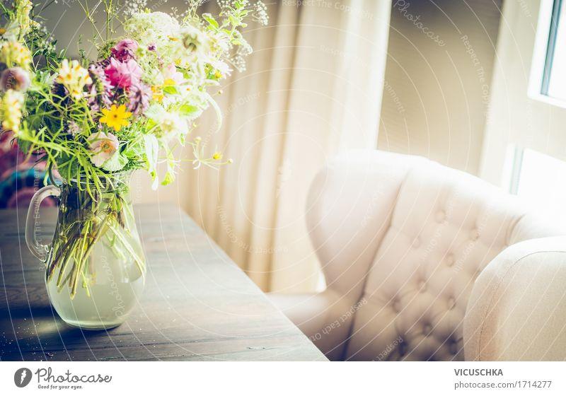 Glasvase mit wilden Feldblumen auf dem Tisch am Fenster Natur Pflanze Blume Blatt Haus gelb Leben Blüte Innenarchitektur Lifestyle Stil Design Wohnung