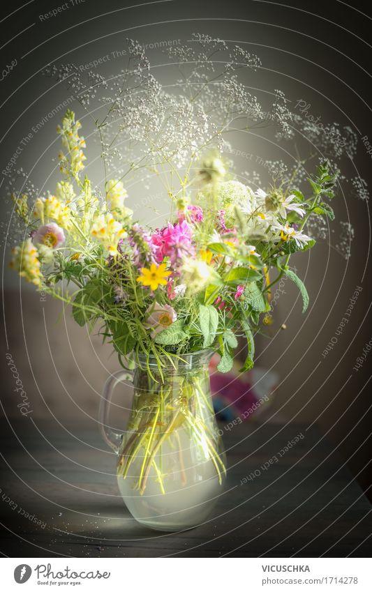 Krug mit wilden Feldblumen Natur Pflanze Sommer Wasser Blume Haus dunkel gelb Leben Innenarchitektur Lifestyle Stil Design Wohnung Häusliches Leben