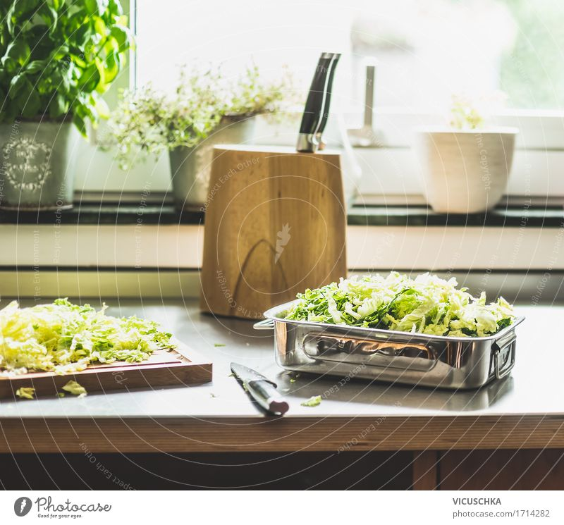 Wirsingkohl Zubereiten auf Küchentisch am Fenster Gesunde Ernährung Leben Foodfotografie Lifestyle Stil Lebensmittel Design Häusliches Leben Tisch Gemüse