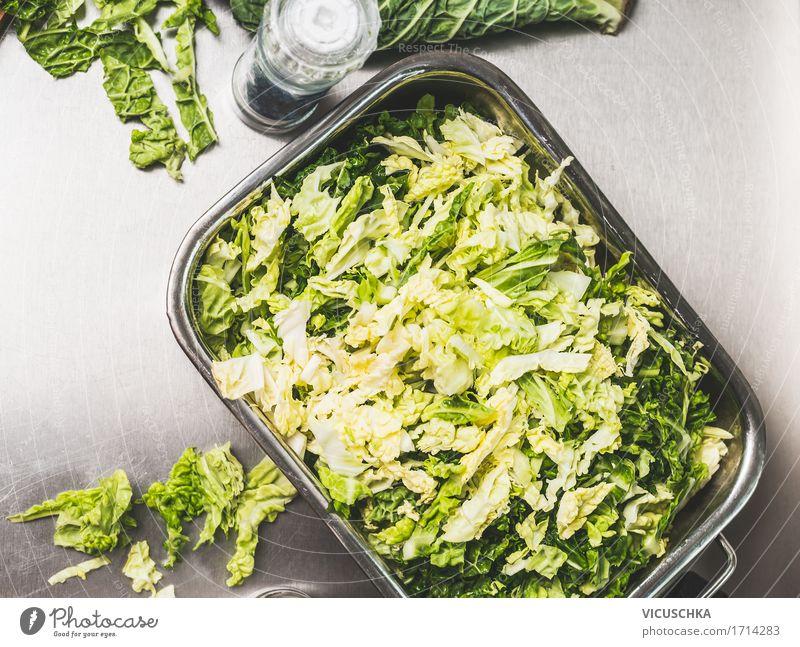 Gehackte Wirsing Kohl in Metallschüssel Gesunde Ernährung Leben Foodfotografie Lifestyle Stil Lebensmittel Design Tisch Kräuter & Gewürze Küche kochen & garen