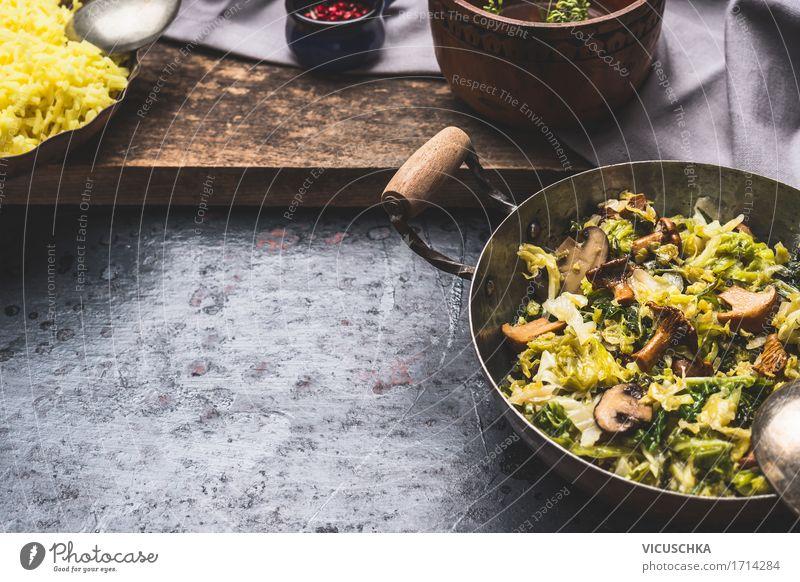 Geschmorte Wirsingkohlkohl mit Pilzen Lebensmittel Gemüse Ernährung Mittagessen Abendessen Festessen Bioprodukte Vegetarische Ernährung Diät Geschirr Topf Stil