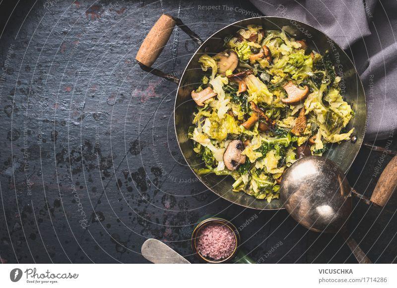 Köstlich geschmorter Kohl mit Pilzen im Kochtopf Gesunde Ernährung Winter Leben Foodfotografie Stil Lebensmittel Design Häusliches Leben Tisch Kräuter & Gewürze