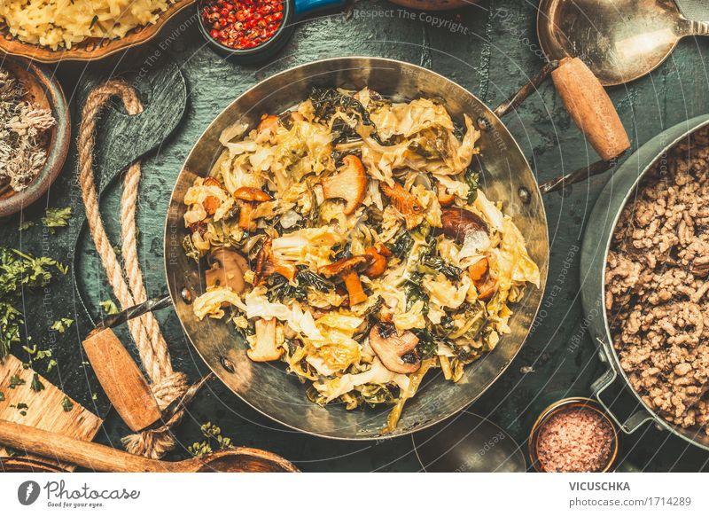 Gedämpfter Kohl, Pilze und Topf mit Hackfleisch Gesunde Ernährung Winter Speise Foodfotografie Essen Stil Lebensmittel Design retro Tisch Kräuter & Gewürze