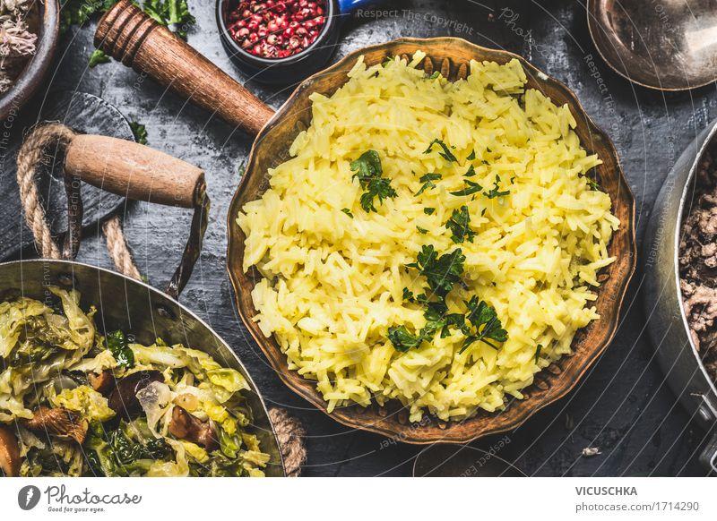 Gelber Reis in altem Topf Gesunde Ernährung dunkel Speise gelb Leben Foodfotografie Essen Lifestyle Stil Lebensmittel Design Häusliches Leben Tisch