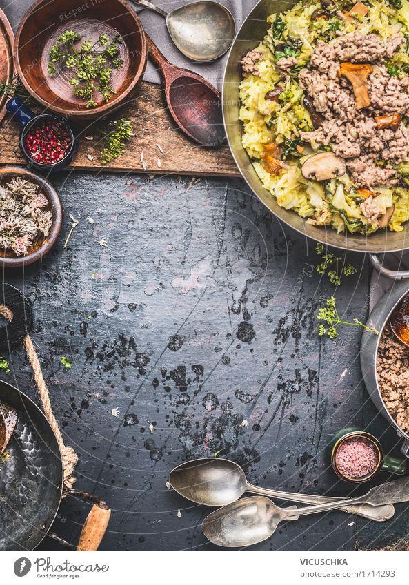Casserole mit Reis , Kohl, Hackfleisch und Pilzen Gesunde Ernährung dunkel Foodfotografie Essen Stil Lebensmittel Design Häusliches Leben Tisch
