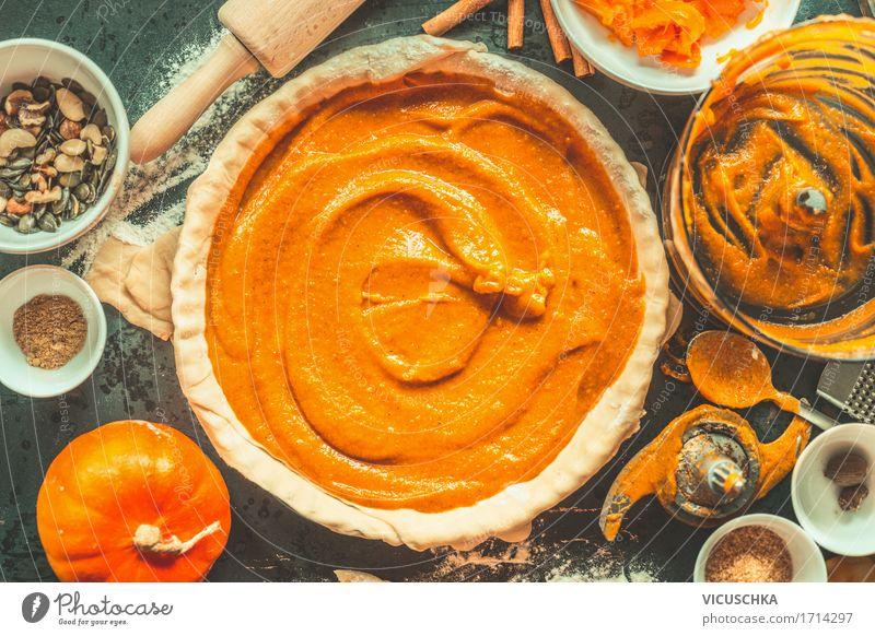 Kürbiskuchen Zubereitung Leben Herbst Stil Lebensmittel Design Wohnung Häusliches Leben Ernährung retro Tisch Kräuter & Gewürze Küche Gemüse Bioprodukte