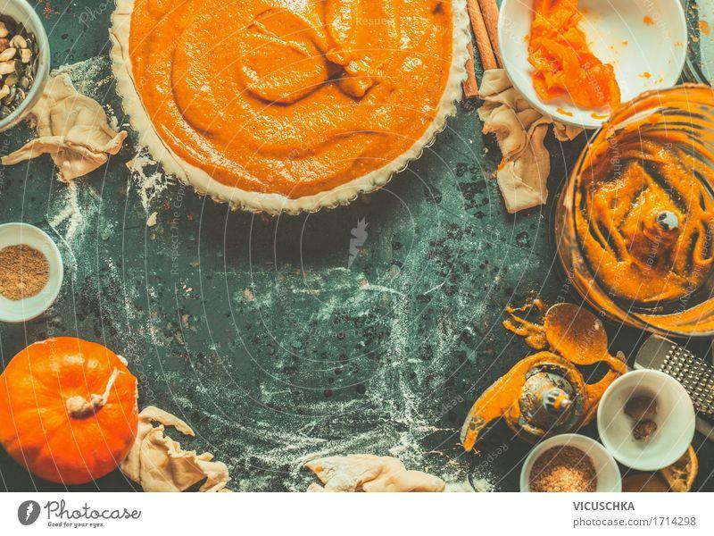 Kürbiskuchen backen Foodfotografie Essen Leben Herbst Stil Lebensmittel Design Häusliches Leben Ernährung retro Tisch Küche Gemüse Bioprodukte Geschirr Kuchen