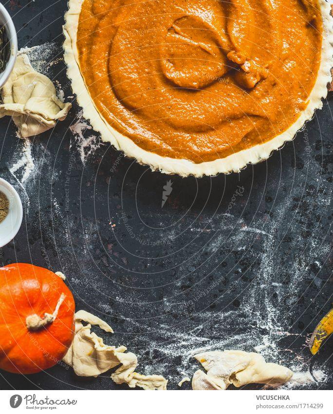 Traditioneller Kürbiskuchen Zubereiten Gesunde Ernährung dunkel Leben Foodfotografie Essen Herbst Stil Feste & Feiern Design retro Tisch Küche Gemüse Süßwaren