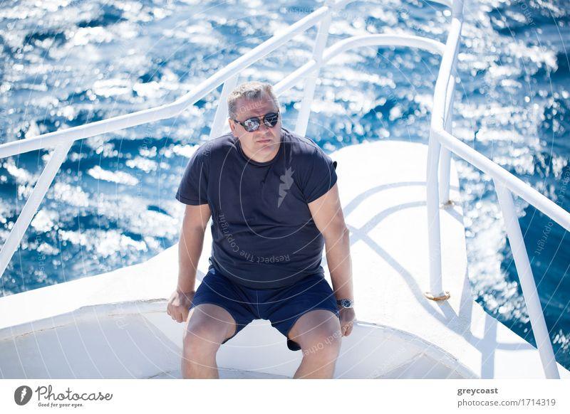 Mann, der auf dem Bug eines Bootes sitzt Erholung Ferien & Urlaub & Reisen Kreuzfahrt Sommer Meer Erwachsene Männlicher Senior Großvater 1 Mensch 45-60 Jahre