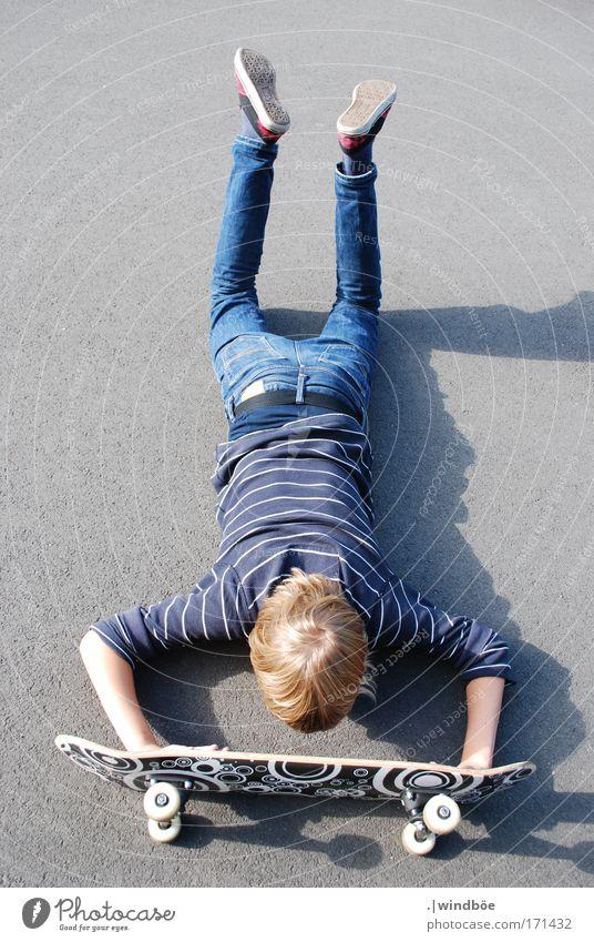 Wer das kann ist gut Mensch blau weiß Sommer Freude schwarz Straße Sport grau Kraft blond Freizeit & Hobby maskulin liegen Erfolg verrückt