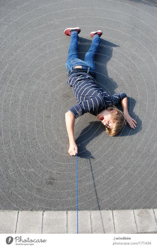 Abhängen Mensch Jugendliche blau weiß Freude schwarz Erholung Straße Leben grau Stil Kraft blond Angst liegen außergewöhnlich