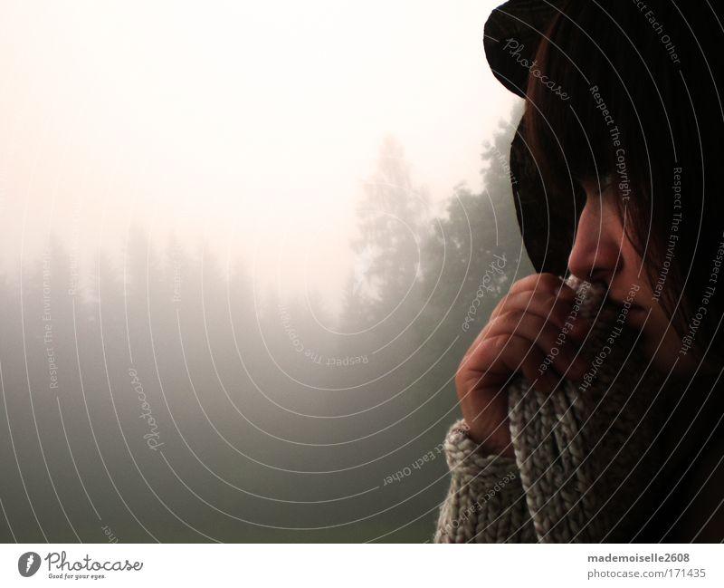 I miss U. Frau Mensch Jugendliche Gesicht ruhig Ferne Wald Stimmung Erwachsene Nebel Hoffnung Sehnsucht trösten vermissen 13-18 Jahre