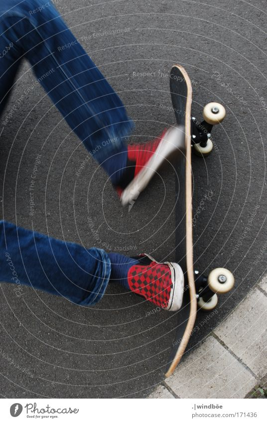 Sprung am Boden Mensch Jugendliche weiß blau rot Freude schwarz Straße Sport Leben springen Stil Glück grau Fuß