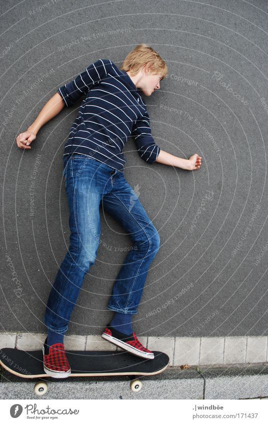 Wegfahren Mensch Jugendliche blau weiß Freude schwarz Straße Leben Sport grau Glück blond Freizeit & Hobby Energiewirtschaft liegen maskulin