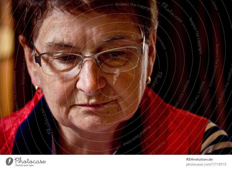 im Entscheidungsprozess Mensch Frau alt rot Gesicht Erwachsene Gefühle Senior natürlich feminin Stimmung 60 und älter Brille Weiblicher Senior Falte