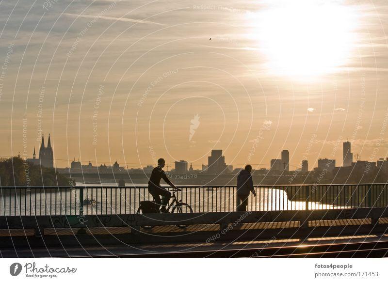 Twilight Mensch Dämmerung Wasser Himmel Sonne Haus Wolken Herbst Bewegung Stadt Sonnenuntergang Wärme Fahrrad Straßenverkehr maskulin