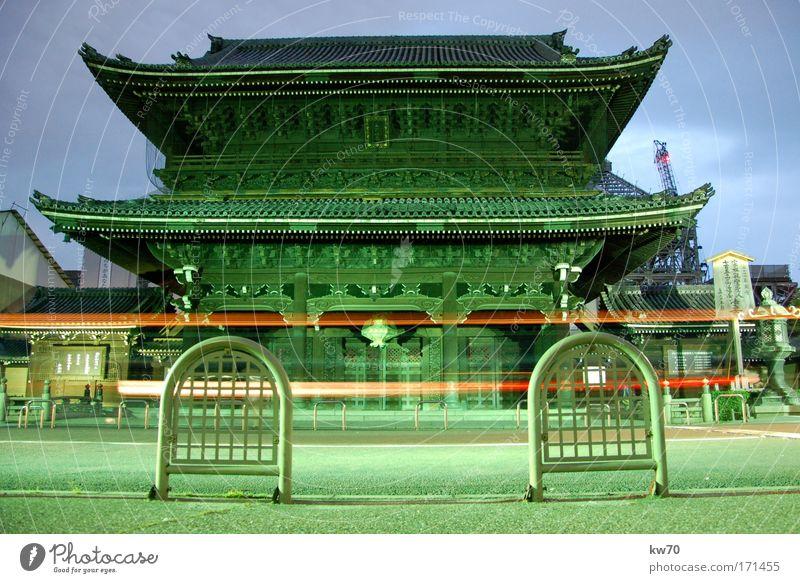 Tempel in Kyoto Farbfoto Außenaufnahme Menschenleer Abend Zentralperspektive Japan Asien Wahrzeichen alt historisch grün Stadt