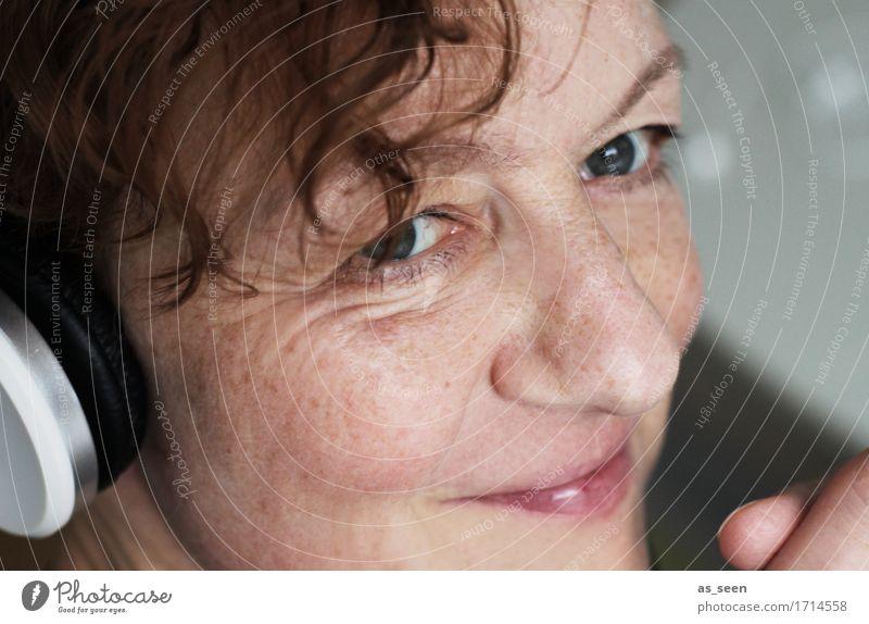 Good vibrations Mensch Frau Gesicht Erwachsene Leben Gefühle Feste & Feiern Party Stimmung braun Zufriedenheit Musik authentisch Kommunizieren Kreativität