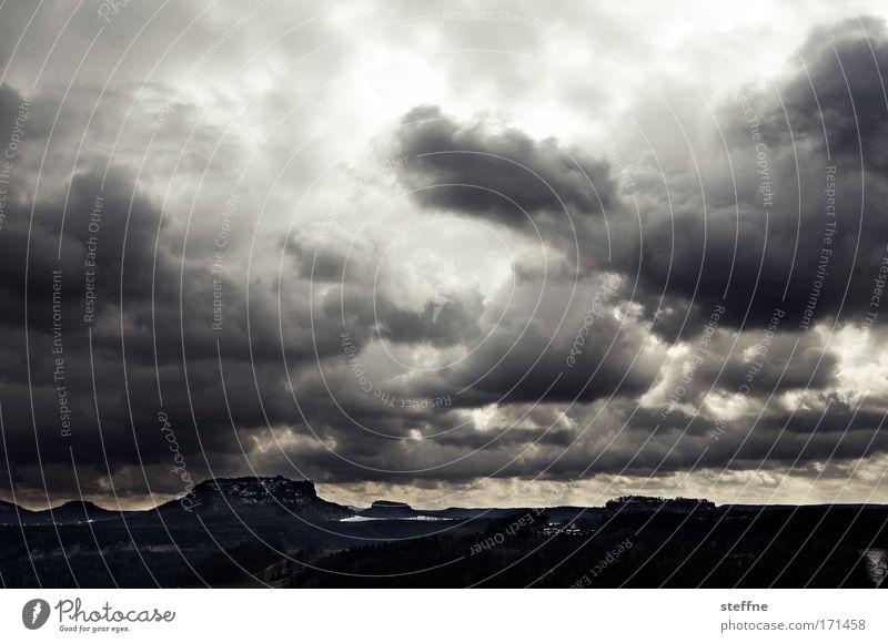 Come to Marlboro Country Gedeckte Farben Außenaufnahme Licht Schatten Kontrast Wolken Gewitterwolken schlechtes Wetter Unwetter Hügel Felsen Berge u. Gebirge