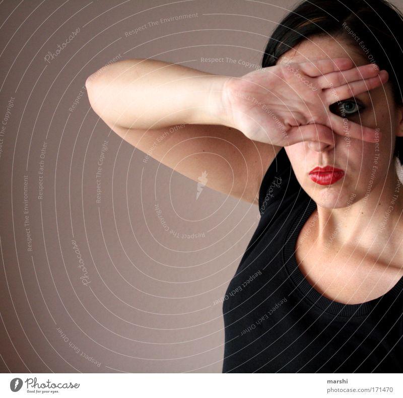 spikken Frau Mensch Hand Jugendliche rot Gesicht schwarz Auge feminin Gefühle Erwachsene Stimmung Mode Finger Perspektive