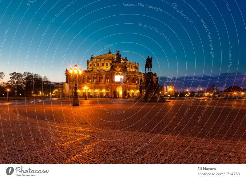 Die Dresdner Semperoper Kunst Oper Opernhaus Nachthimmel Hauptstadt Altstadt Menschenleer Platz Bauwerk Architektur Sehenswürdigkeit fantastisch blau mehrfarbig