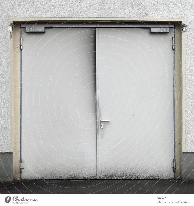 das DieselTier alt weiß Haus kalt Wand Mauer dreckig Tür Verkehr einfach Tor Fahrzeug Garage Industrieanlage Arbeitsplatz Verkehrsmittel