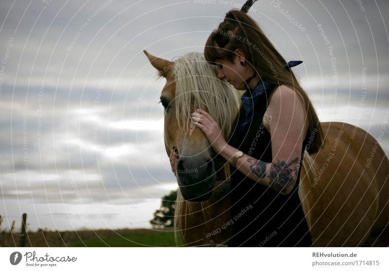 flauschige   Mähne Freizeit & Hobby Reiten Mensch feminin Junge Frau Jugendliche 1 18-30 Jahre Erwachsene Umwelt Natur Landschaft Wiese Feld Kleid Tattoo