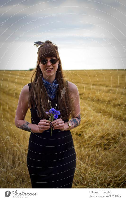 Carina | Junge Frau mit Blumen auf einem Feld Lifestyle Stil Mensch Jugendliche Erwachsene 1 18-30 Jahre Umwelt Natur Landschaft Himmel Kleid Tattoo Piercing