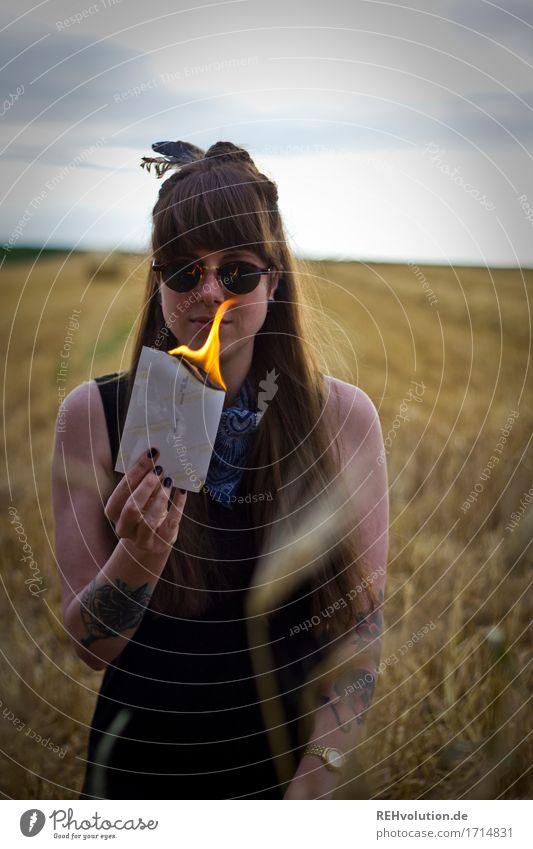 Carina | Feuer Mensch feminin Junge Frau Jugendliche 1 18-30 Jahre Erwachsene Umwelt Natur Landschaft Sommer Feld Tattoo Piercing Sonnenbrille brünett