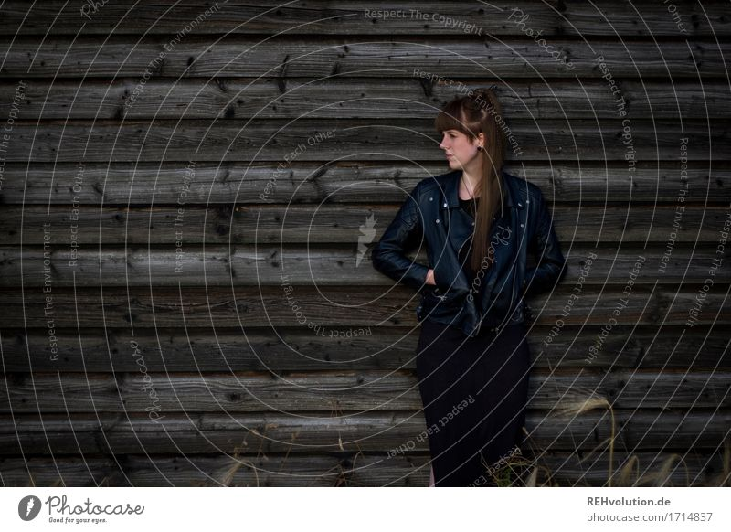 Carina . Scheune Stil Mensch feminin Junge Frau Jugendliche Erwachsene 1 18-30 Jahre Mode Kleid Jacke Haare & Frisuren brünett langhaarig Pony Holz stehen