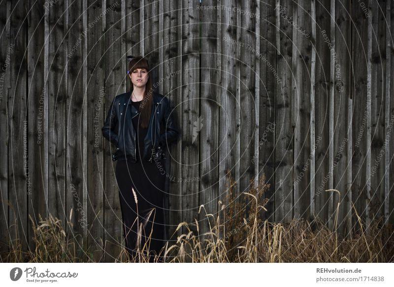 Carina   Scheune Mensch feminin Junge Frau Jugendliche 1 18-30 Jahre Erwachsene Feld Kleid Jacke brünett langhaarig Pony Holz stehen außergewöhnlich Coolness