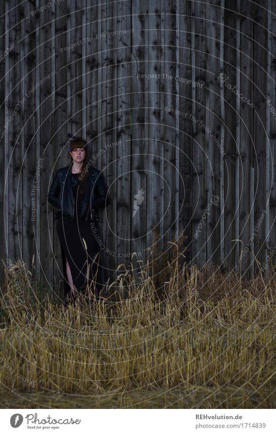 Carina | vor der Scheune Mensch Natur Jugendliche schön Junge Frau Einsamkeit dunkel 18-30 Jahre schwarz Erwachsene Umwelt Wand Traurigkeit feminin Holz Mauer