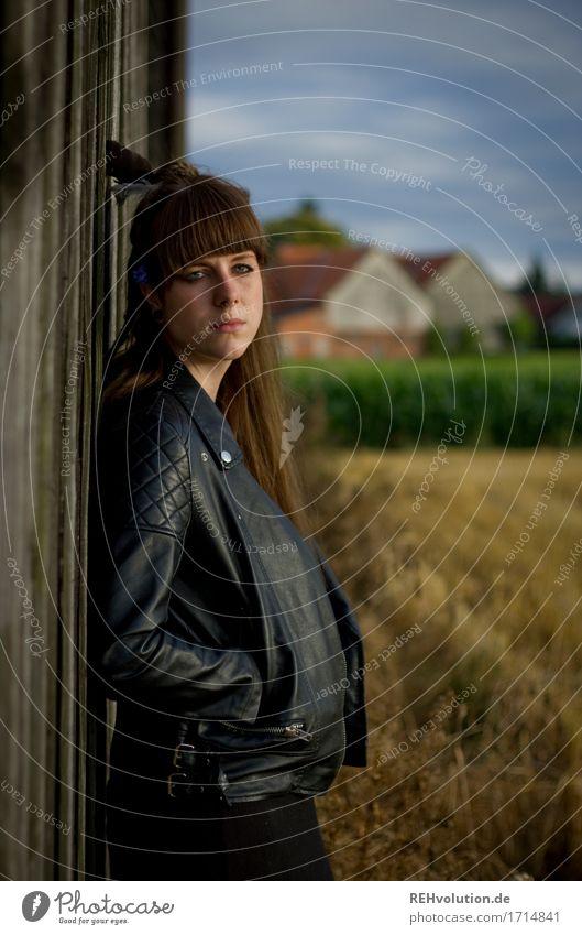 Carina | vor der Scheune Mensch Frau Natur Jugendliche schön Junge Frau Landschaft Einsamkeit dunkel 18-30 Jahre Erwachsene Umwelt Traurigkeit Gefühle feminin