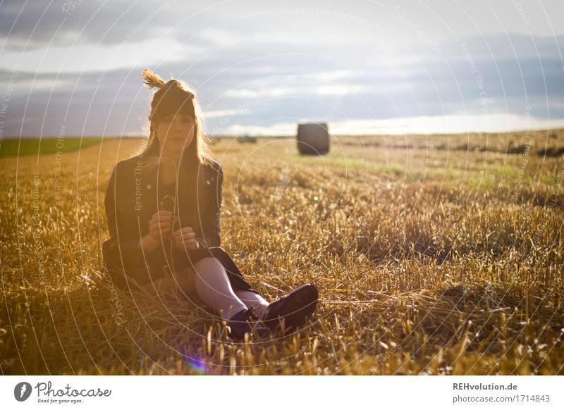 Carina | auf dem Feld Mensch feminin Junge Frau Jugendliche 1 18-30 Jahre Erwachsene Umwelt Natur Landschaft Kleid Haare & Frisuren brünett langhaarig Pony